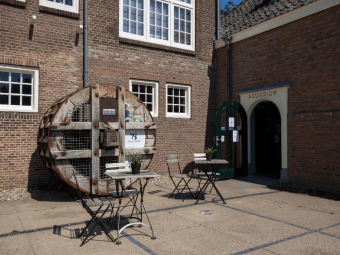grand cafe aan de beek naast het watermuseum